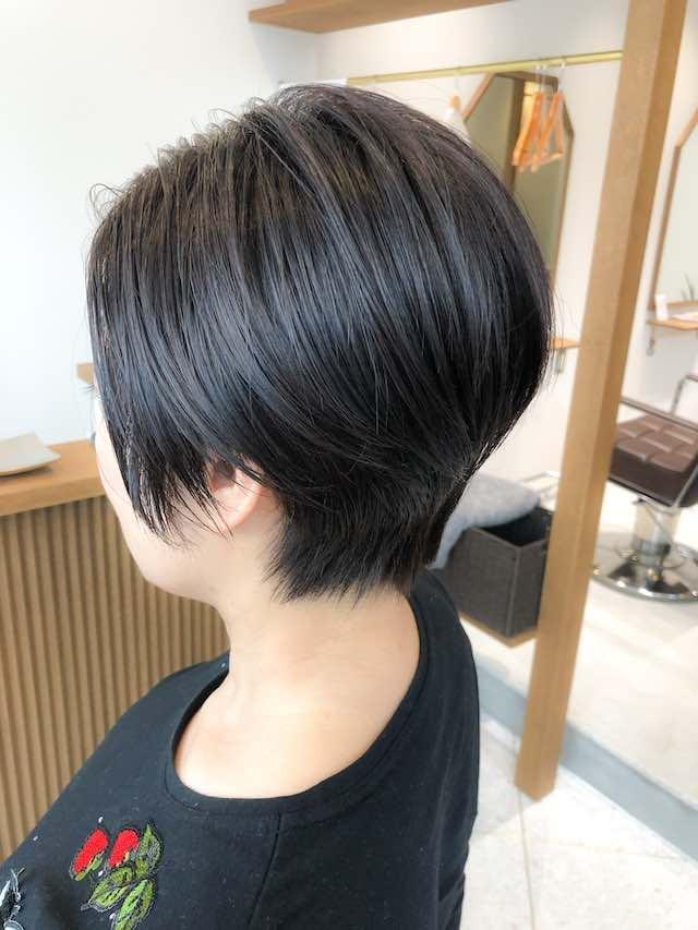 女性らしさを残した黒髪ハンサムショートスタイル